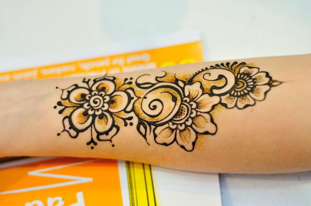 Close up Debi floral arm shaded shading Debi henna crone applying henna tattoo flower arm chai sooq baltimore classes class workshop